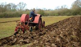 葡萄酒红色国际性组织1930年` s拖拉机耕的领域 免版税库存照片