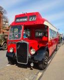 葡萄酒红色布里斯托尔公共汽车在费利克斯托沿海岸区停放了 库存照片
