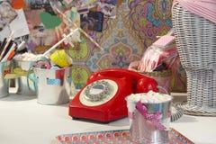 葡萄酒红色电话在青少年的老化女孩屋子 免版税库存照片