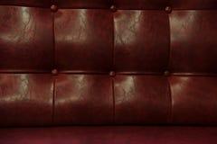 葡萄酒红色皮革沙发 免版税库存图片