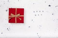 葡萄酒红色礼物盒与在白色背景的文本早晨好 免版税图库摄影