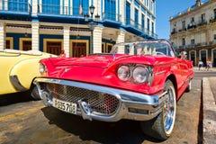 葡萄酒红色Ford Thunderbird敞篷车汽车在哈瓦那旧城停放了 库存照片