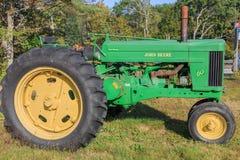 葡萄酒约翰Deere模型60拖拉机 免版税库存照片