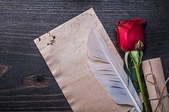 葡萄酒纸卷红色自然玫瑰羽毛 库存照片