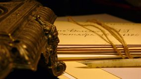 葡萄酒纸和信封与纤管和古铜面具 免版税库存照片