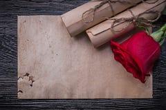 葡萄酒纸在木滚动红色有气味的玫瑰花蕾 免版税库存图片