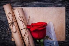 葡萄酒纸在木滚动红色自然上升了 免版税库存图片