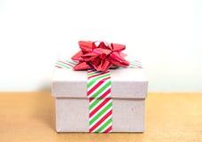 葡萄酒纸板在镶边假日包裹的礼物盒特写镜头  图库摄影