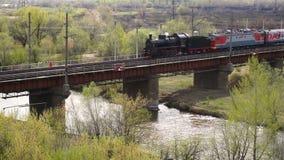 葡萄酒继续前进桥梁的蒸汽火车 影视素材