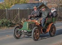 葡萄酒绿色和橙色驾车通过市民小山集会的2017年11月苏克塞斯英国 库存图片