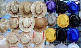 葡萄酒编织的帽子行垂悬在格栅的 免版税库存照片