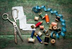 葡萄酒缝合的工具和色的磁带/针线包 库存照片