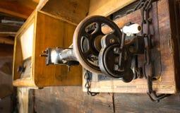 葡萄酒缝纫机被钉牢对墙壁 免版税库存图片