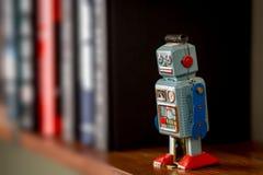 葡萄酒罐子在书架的玩具机器人 免版税库存照片