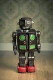 葡萄酒罐子玩具机器人 免版税库存照片
