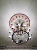 葡萄酒美丽的经典水晶枝形吊灯发光 免版税库存照片