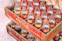 葡萄酒老减速火箭的样式可口可乐玻璃瓶 图库摄影