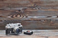 葡萄酒老减速火箭的35mm测距仪照相机和照度计 库存图片