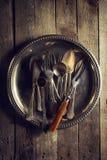 葡萄酒老土气厨房器物叉子匙子和刀子在O 库存图片