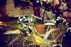 葡萄酒老庭院自行车 免版税库存图片