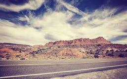 葡萄酒老影片传统化了一条风景沙漠路的图片 免版税库存图片