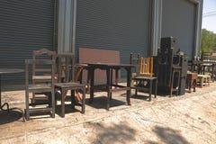 葡萄酒老木椅子/凳子和表与路辗关闭背景-外部演播室车库后院废品旧货栈 免版税库存照片