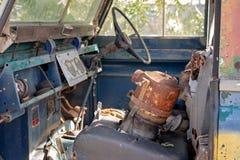 葡萄酒老汽车难看的东西内部 免版税库存照片