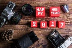 葡萄酒老照相机和新年好2017数字在红色纸b 库存图片