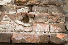 葡萄酒老砖石工背景纹理在古老水泥的与与老油漆踪影的镇压  免版税库存照片