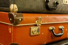 葡萄酒老经典旅行皮革手提箱 旅行行李概念 减速火箭的instagram样式照片 免版税库存图片