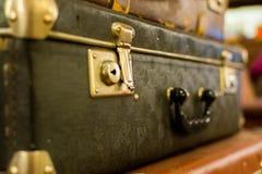 葡萄酒老经典旅行皮革手提箱 旅行行李概念 减速火箭的instagram样式照片 库存照片