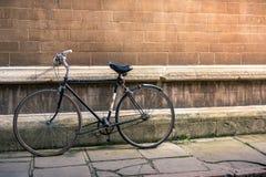 葡萄酒老自行车对墙壁 免版税图库摄影