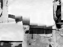 葡萄酒老被抓的广告的难看的东西墙壁广告牌被撕毁的大字报,都市纹理抽象框架背景被弄皱的Crumpl 免版税库存图片