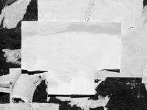 葡萄酒老被抓的广告的难看的东西墙壁广告牌被撕毁的大字报,都市纹理抽象框架背景被弄皱的Crumpl 库存照片