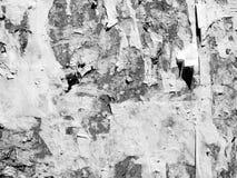 葡萄酒老被抓的广告的难看的东西墙壁广告牌被撕毁的大字报,都市纹理抽象框架背景被弄皱的Crumpl 免版税库存照片