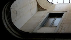葡萄酒老被毁坏的房子,序列的小狭窄的窗口和门 影视素材