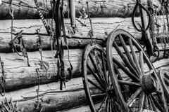 葡萄酒老西部谷仓和马车车轮 免版税库存图片