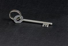 葡萄酒老金属钥匙 免版税库存图片