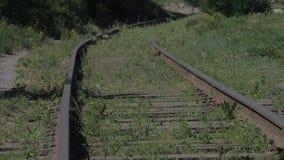 葡萄酒老铁路与生锈了路轨长满与草 老铁路概念 股票录像