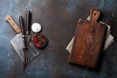 葡萄酒肉刀子、叉子和香料 免版税库存照片