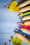葡萄酒背景上色了铅笔秋天果子蓝色桌 免版税库存照片