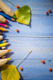 葡萄酒背景上色了铅笔秋天果子蓝色桌 图库摄影