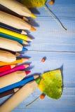 葡萄酒背景上色了铅笔秋天果子蓝色桌 库存照片