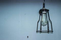 葡萄酒背景和葡萄酒灯 免版税库存照片