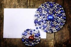 葡萄酒背景圣诞节在一张木桌上的球玩具 库存图片