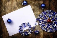 葡萄酒背景圣诞节在一张木桌上的球玩具 库存照片