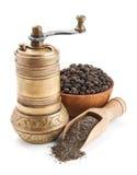 葡萄酒胡椒磨和黑干胡椒 库存照片