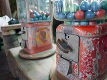 从葡萄酒自动售货机的玩具 库存图片