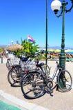 葡萄酒自行车停放了反对沙丘由海滩 Kos海岛,希腊 图库摄影
