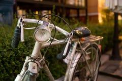 葡萄酒自行车前面光的细节 免版税图库摄影